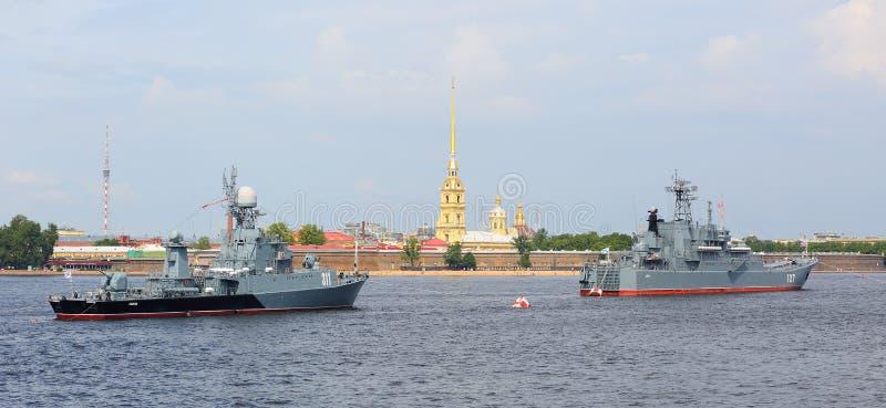 Russische Marineschepen in de Neva-rivier tegen de Peter en van Paul vesting royalty-vrije stock foto