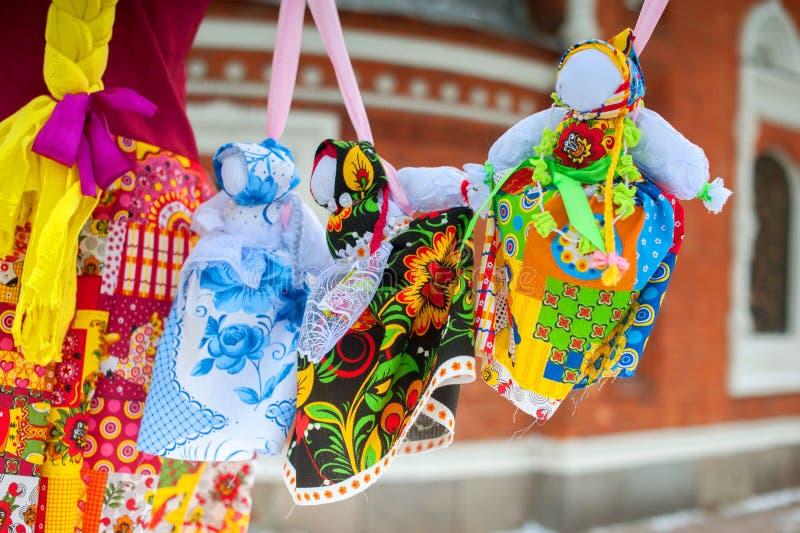 Russische Maslenitsa-poppen in traditionele kleding stock foto's