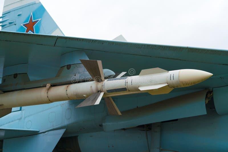 Russische militaire vliegtuigen met het hangen rakettenclose-up stock afbeelding