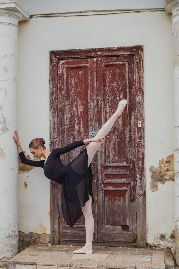 Russische mooie jonge meisjesballetdanser die zich op pointe bevinden royalty-vrije stock foto