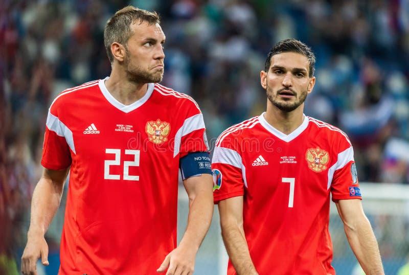 Russische nationale teamstriker Artem Dzyuba en midfielder Magomed Ozdoyev stock afbeeldingen