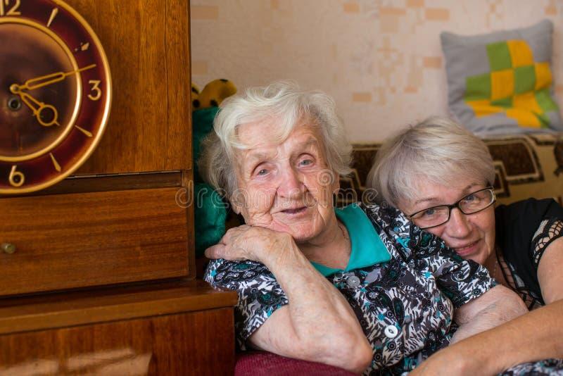 Russische Oma mit seiner erwachsenen Tochter Liebe lizenzfreies stockfoto