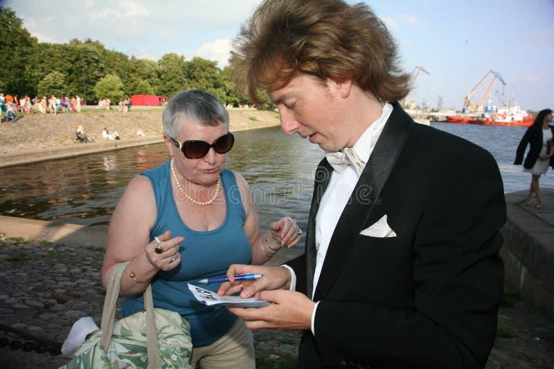 Russische operazanger Evgeny Nagovitsyn die, teneurster van het Bolshoi-theater, Rusland, autographs ondertekenen aan ventilators stock foto's