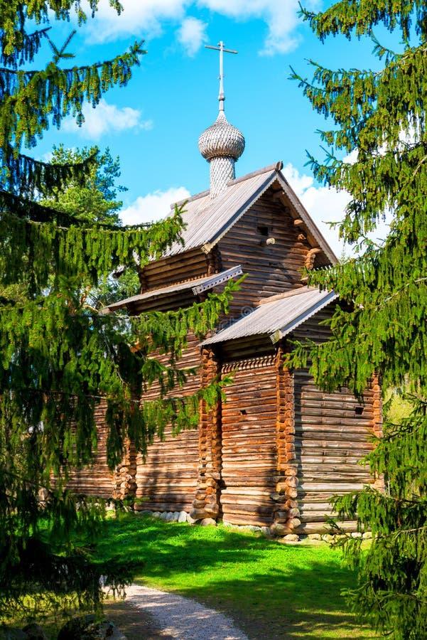 Russische oude kerk in het hout stock foto