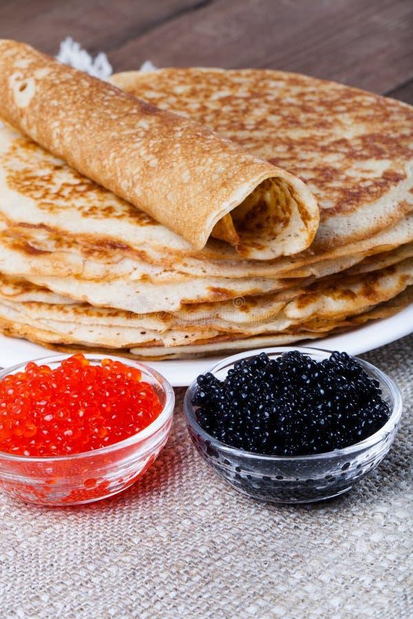 russische pfannkuchen blini mit rotem und schwarzem kaviar selektive fo stockfoto bild von. Black Bedroom Furniture Sets. Home Design Ideas