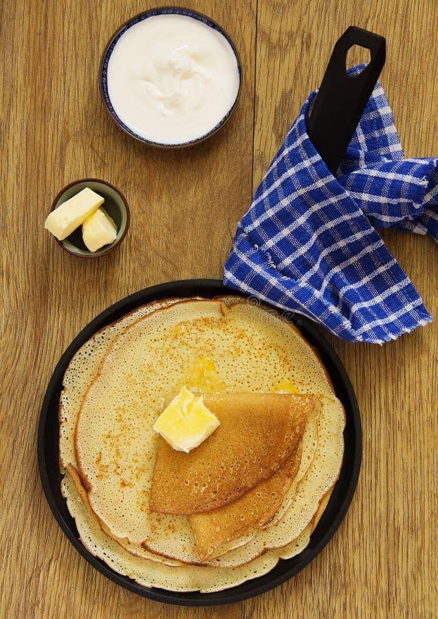 Russische Pfannkuchen mit Honig stockfoto