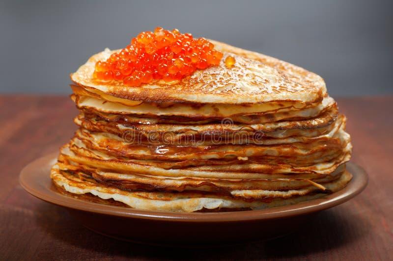 Russische Pfannkuchen mit rotem Kaviar lizenzfreie stockbilder