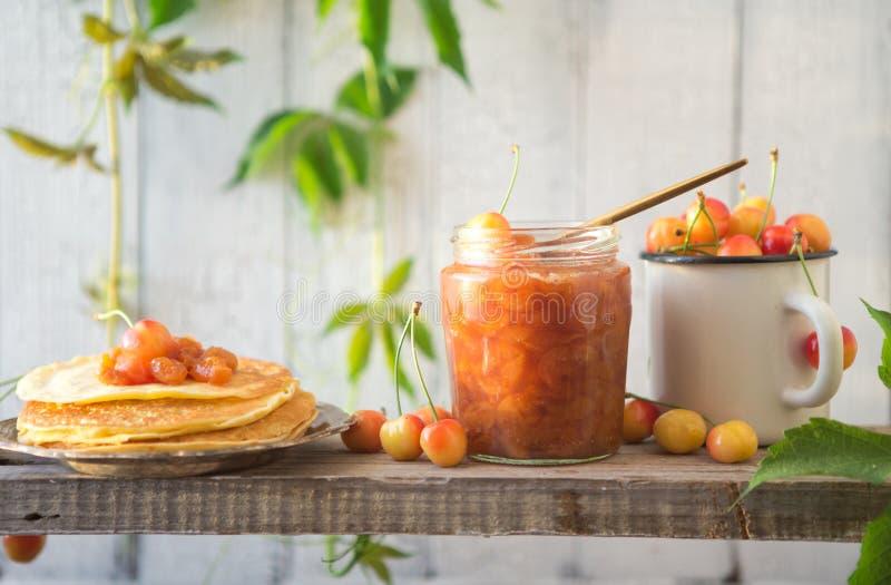 Russische Pfannkuchen Stapel Pfannkuchen Fr?hst?cks-Bonbon-Pfannkuchen Stapel Pfannkuchen ?berstiegen Geschmackvolle Pfannkuchen stockfotos