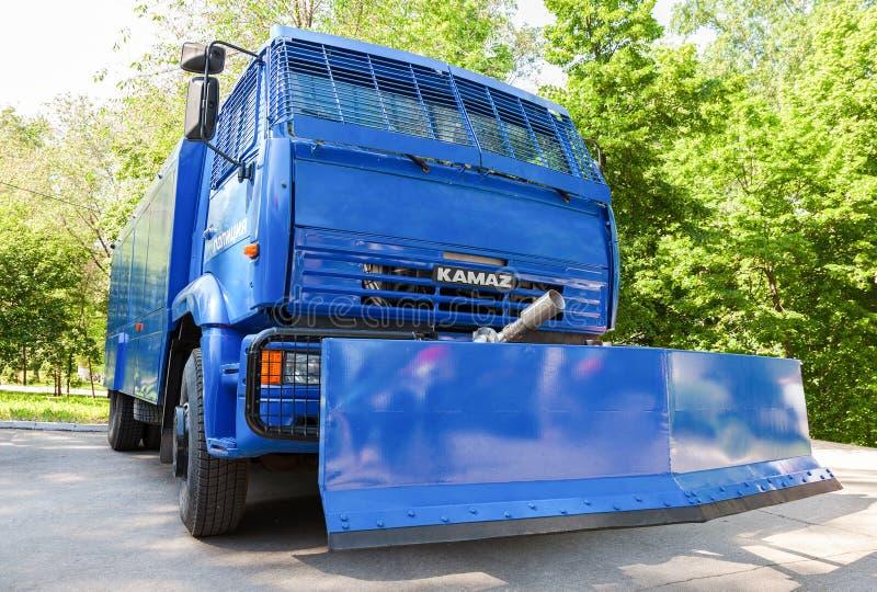 Russische politie zware vrachtwagen die demonstraties te verspreiden worden geparkeerd bij stock afbeeldingen
