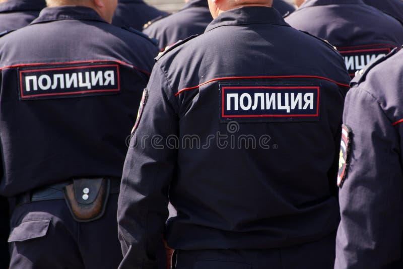 Russische Polizeibeamten auf Patrouille im Marktplatz Ansicht von der R?ckseite Die Aufschrift auf der Uniform: die Polizei lizenzfreies stockfoto