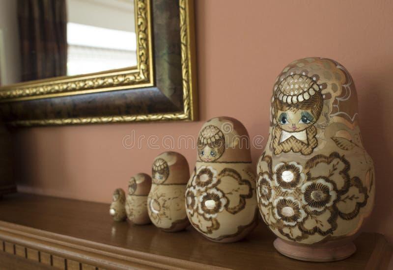 Russische Puppen in einer Zeile lizenzfreie stockbilder