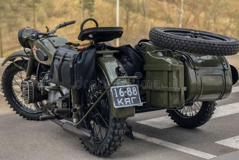 Russische retro kaki motorfiets URAL Moto tijdens de tweede wereldoorlog met Sovjetsymbolen stock afbeeldingen