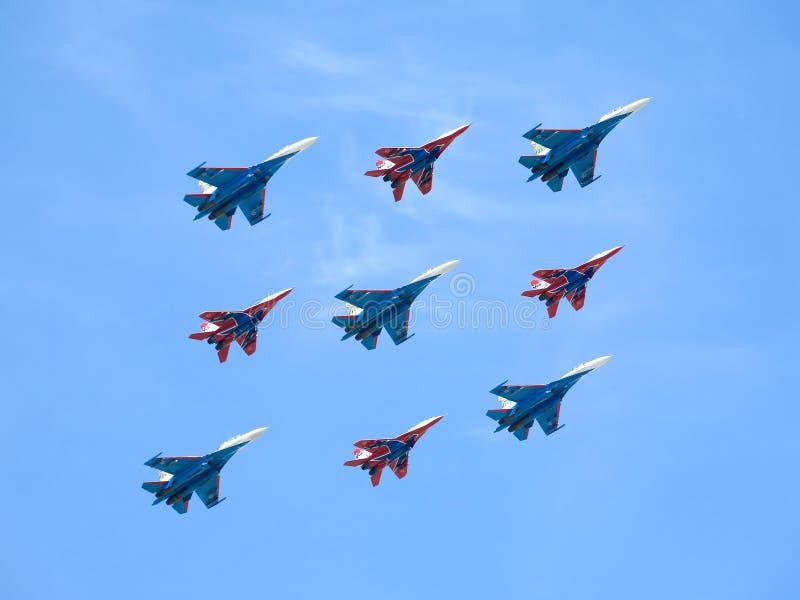 Download Russische Ridders En Swifts Tijdens De Vlucht Tegen Blauwe Hemel Stock Foto - Afbeelding bestaande uit motor, metaal: 54075856