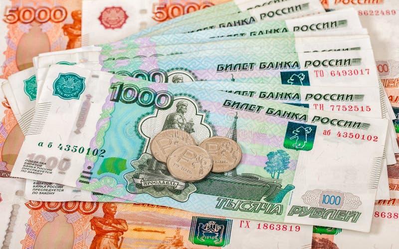 Russische roebelsmuntstukken en bankbiljetten stock afbeelding