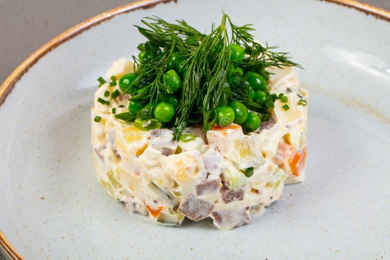 Russische salade met dille royalty-vrije stock afbeeldingen