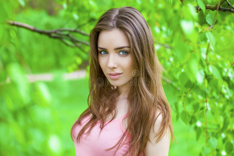 Russische schoonheid - Jong donkerbruin meisje bij een witte berk stock foto