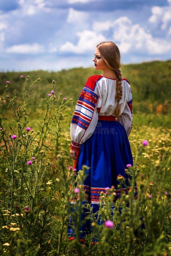 Russische schoonheid in nationale kleding royalty-vrije stock fotografie