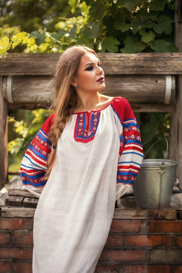 Russische schoonheid in nationale kleding royalty-vrije stock afbeeldingen