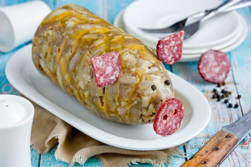 Russische schotel holodets, hoofdkaas, de gelei van het varkensvleesvlees, aspic in fles gevormd grappig varken stock afbeelding