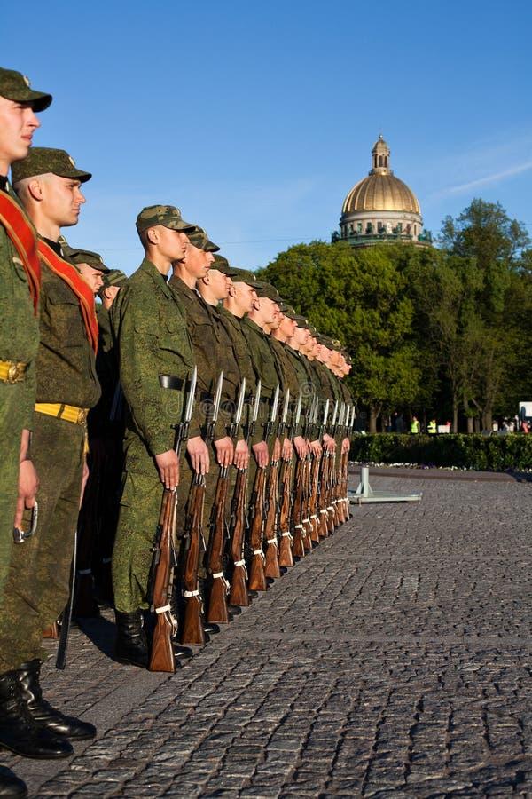 Russische Soldaten in der Zeile stockfotografie