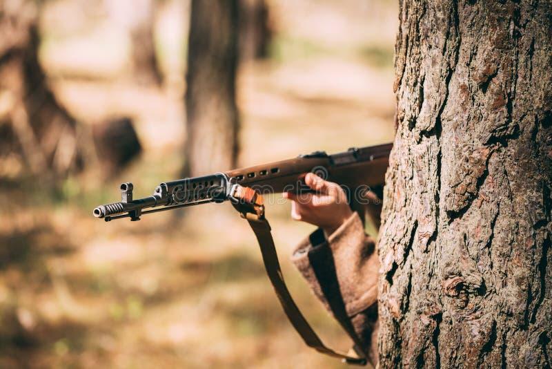 Russische SovjetdieInfanteriemilitair Of World War II met Rifl wordt verborgen stock afbeelding