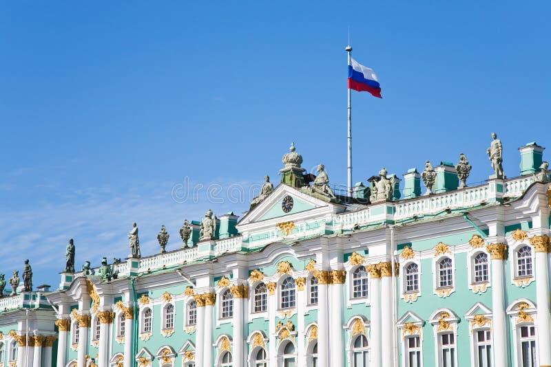 Russische staatsvlag op het Paleis van de Winter royalty-vrije stock fotografie