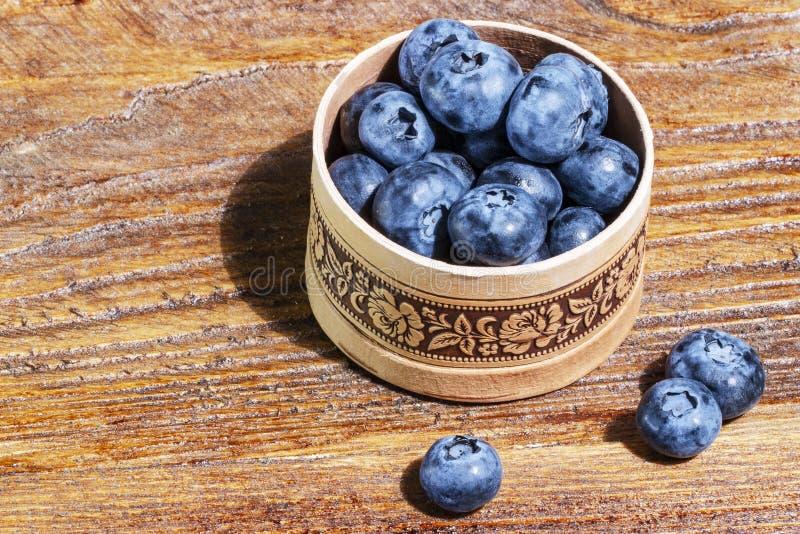 Russische Suppengr?nbarkensch?ssel frische Blaubeeren auf rustikalem Holztisch Gesunder organischer Saisonfruchthintergrund lizenzfreie stockbilder