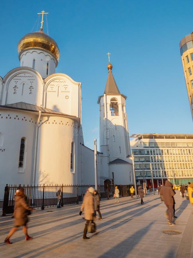 Russische Tempel op Witte Vierkante plaats in Moskou bij zonsondergang in November met mensen die rondwandelen stock foto's
