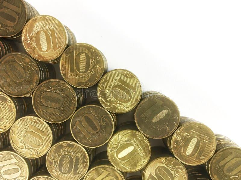 Russische tien roebelsmuntstukken op witte achtergrond stock afbeelding