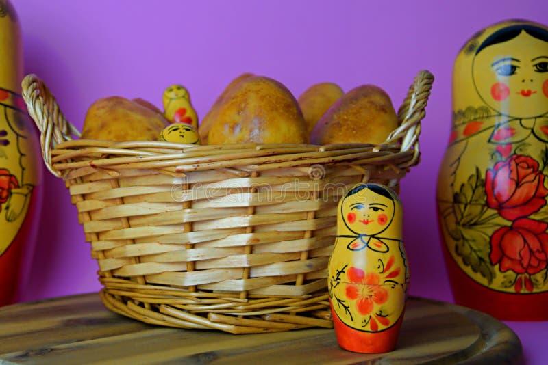 Russische Torten im Korb und im matrioska lizenzfreie stockbilder
