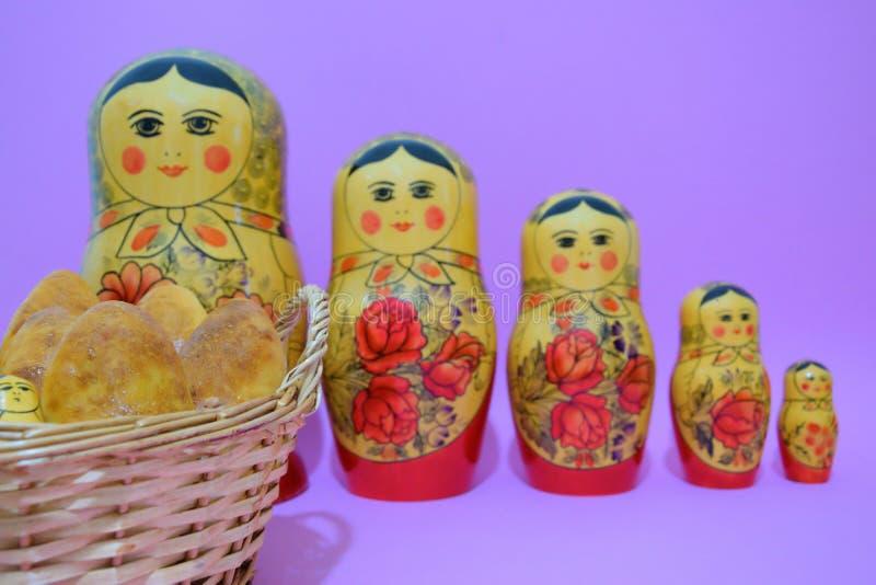 Russische Torten und matrioska in der Linie stockfoto