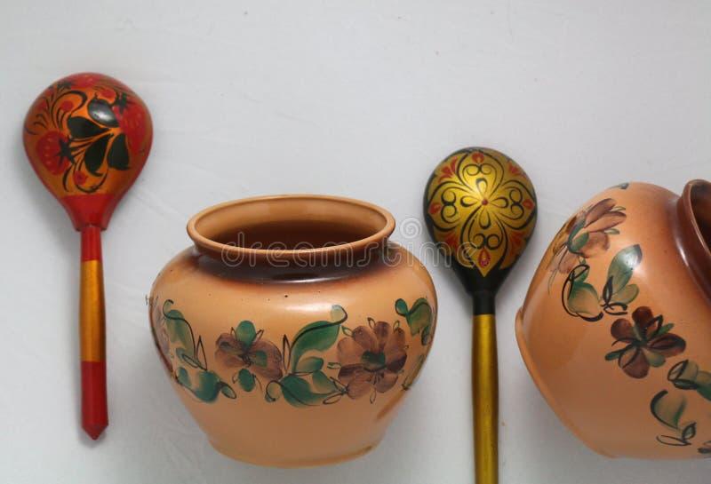 Russische traditionele kokende potten en houten lepels stock foto