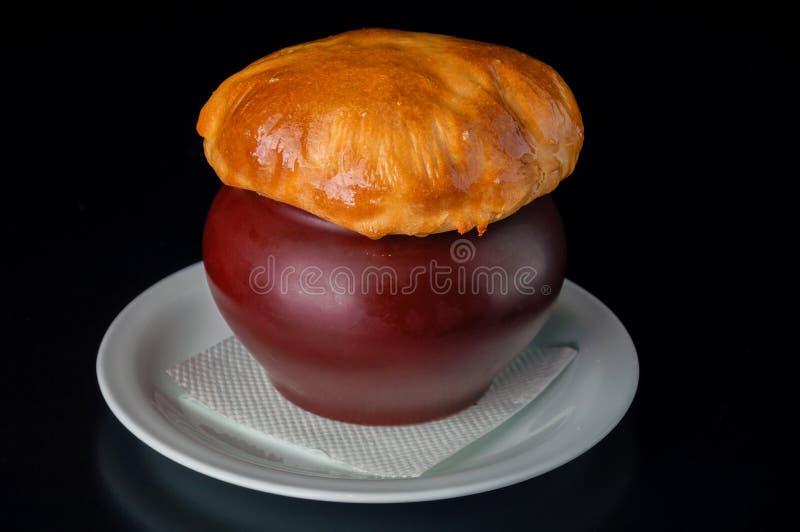 Russische traditionele schotel - aardappels in een pot stock fotografie