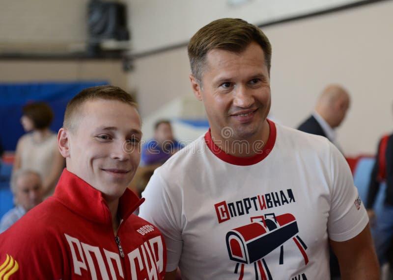 Russische turners vier-tijd Olympische kampioen Alexei Nemov en vijf-tijd Olympische medaillewinnaar Denis Ablyazin in de complex stock fotografie