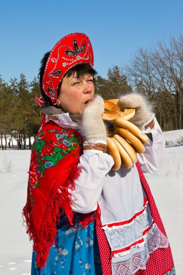 Russische vrouw die in sundress doughnut eten royalty-vrije stock fotografie