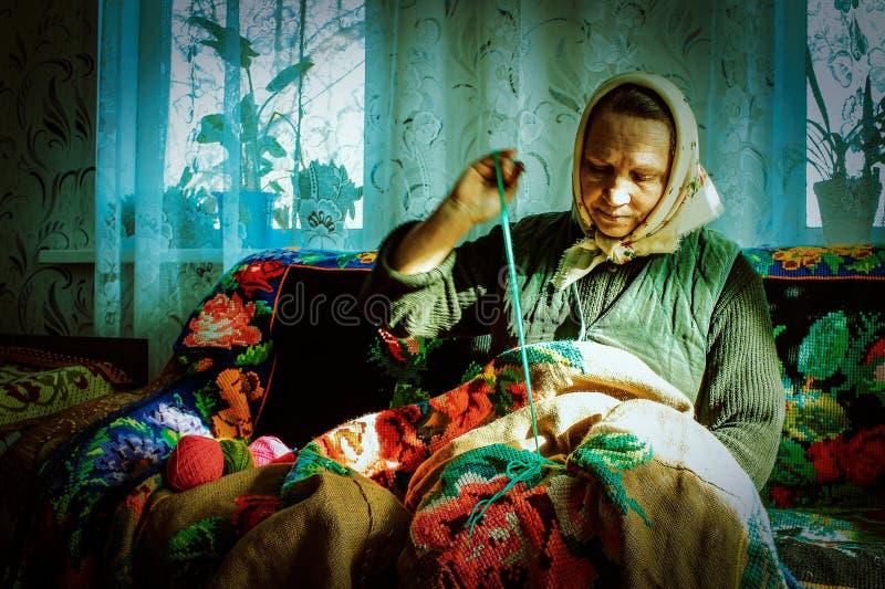 Russische vrouw-embroiderer in het Kaluga-gebied