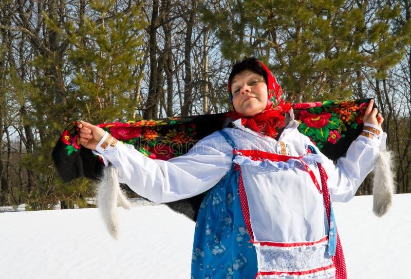 Russische vrouw in sundress op de week van de Pannekoek stock foto