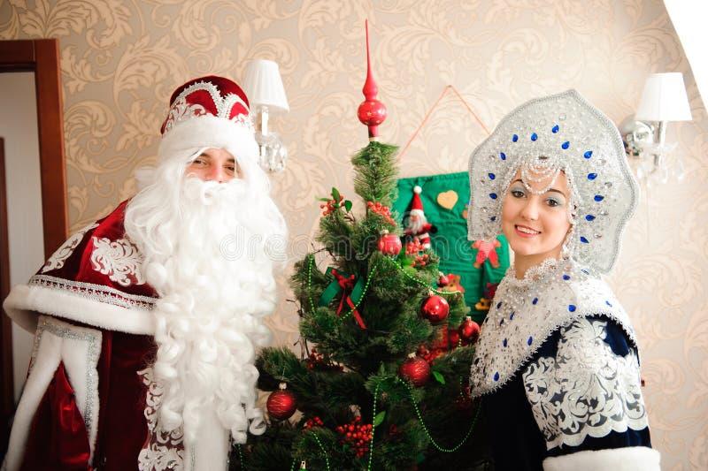 Russische Weihnachtscharaktere: Ded Moroz Father Frost und Snegurochka-Schnee-Mädchen stockfotos