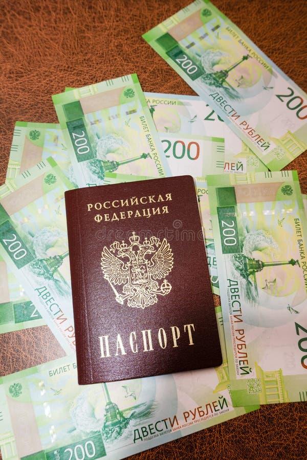 Russischer armenischer Pass und Rubel auf dem Hintergrund stockfotografie