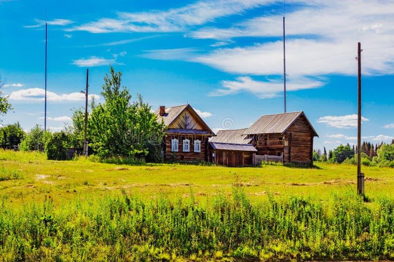 Russischer Bauernhof im Dorf lizenzfreies stockfoto