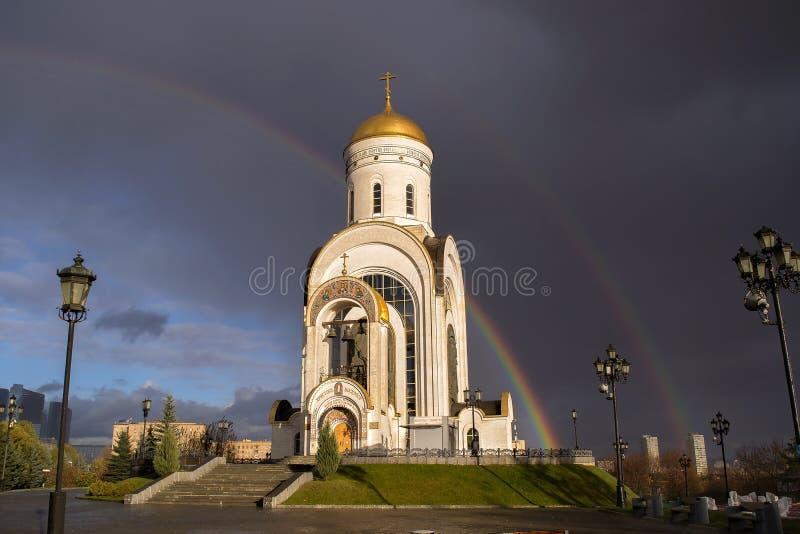 Russischer geistiger und religiöser Architekturtradition Christian Church-Markstein auf Hintergrund des Regenbogens und lizenzfreie stockfotos