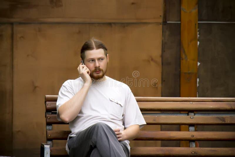 Russischer Mann, der am Telefon spricht stockfoto