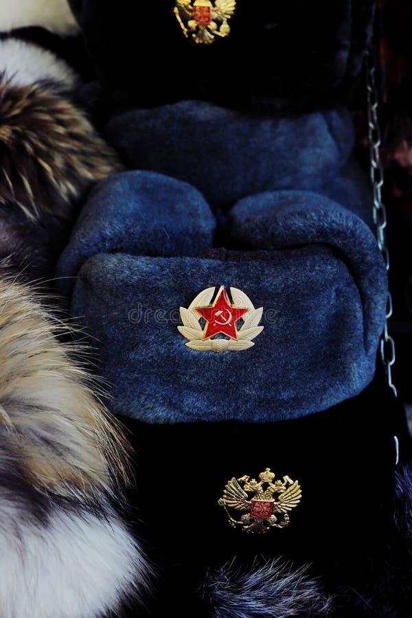 Russischer Mann des Pelzhutes mit Wappen und einen roten Stern stockfotografie