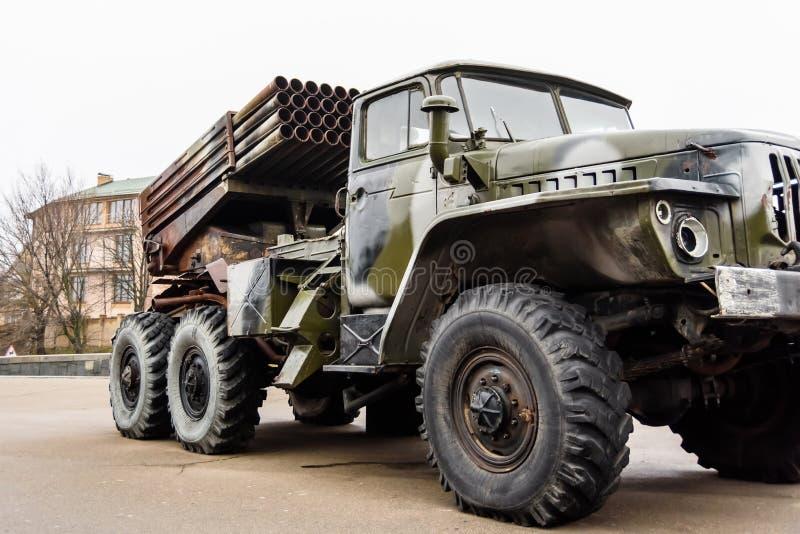 Russischer mehrfacher Raketenwerfer brachte an einem sowjetischen Militär tr an stockbild
