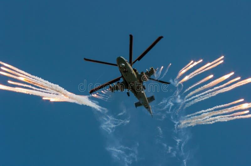 Russischer Militärhubschrauber Ka-52 feuert weg vom Hitzelockvogel auf Luftshow ab lizenzfreie stockbilder
