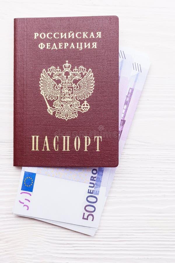Russischer Pass mit Geld lizenzfreies stockfoto