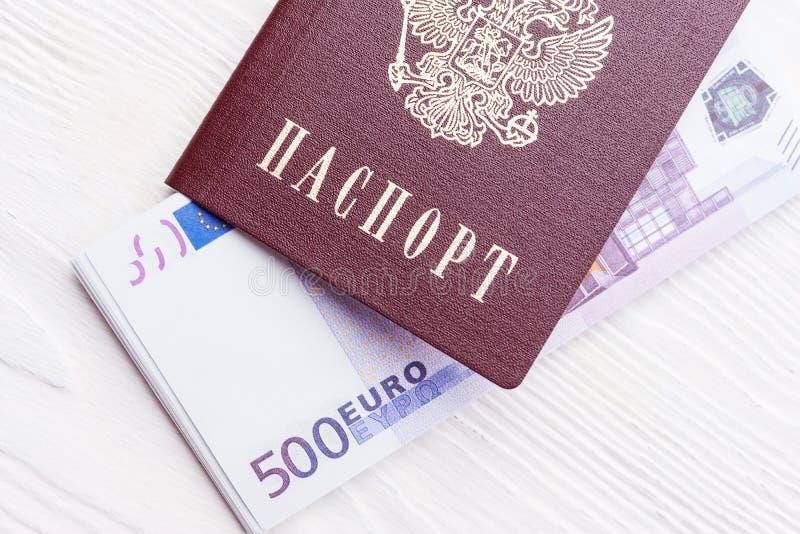 Russischer Pass mit Geld lizenzfreie stockfotografie
