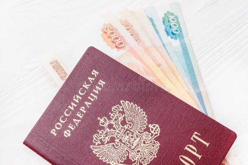 Russischer Pass mit Geld lizenzfreie stockbilder