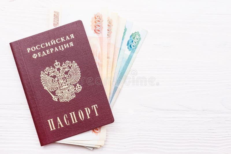 Russischer Pass mit Geld stockbild