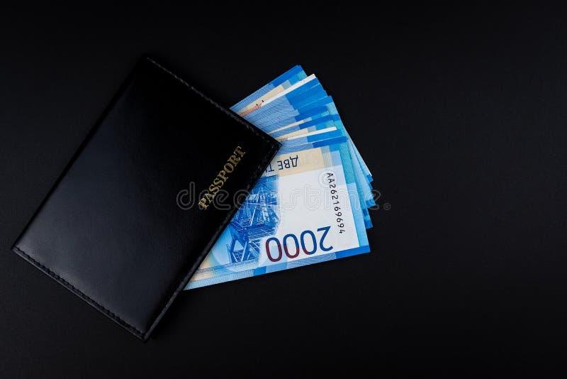 Russischer Pass und Rubel Banknoten lizenzfreie stockbilder